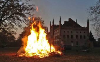 Osterfeuer auf Schloss Broock