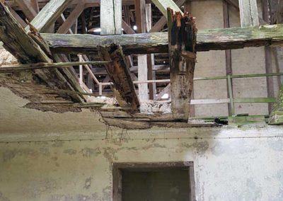 Blick in den zerstörten Dachstuhl des Nordflügels Schloss Broock