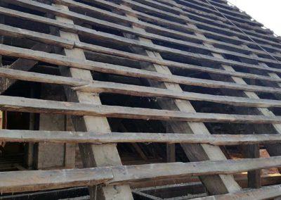 Die alten Ziegel des Daches wurden beräumt