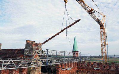Die eingestürzten und einsturzgefährdeten Balken werden entfernt