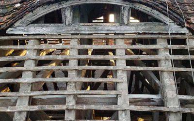 Die alten Dachziegel werden abgenommen
