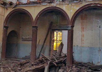 Blick auf die eingestürzten Decken und maroden Balken im Mitteltrakt