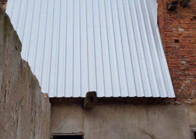 Die offenen Giebel der Seitenflügel zum Mitteltrakt werden geschlossen