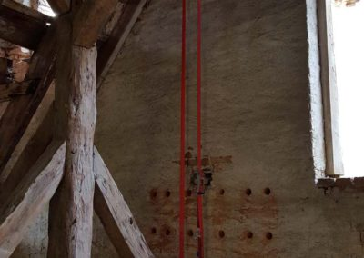 Sicherungen im Dachstuhl mit Spanngurten, Stützen & Ketten