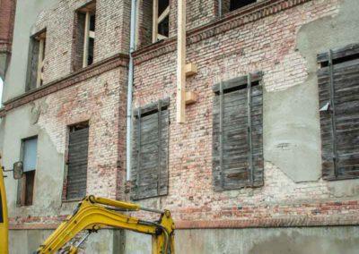 Spannanker zur Stabilisierung der Außenwände werden gesetzt