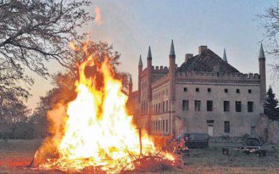 Beim Osterfeuer am Schloss Broock gibt's viel mehr als heiße Luft