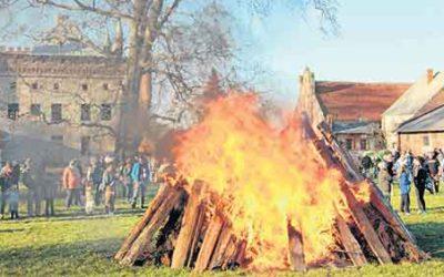 So bunt ging's Ostern bei uns zu – Feuer entfachen auch viel Neugier