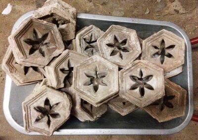 Zwei Dutzend historische Terrakotta-Formsteine.