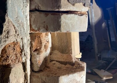 Auf Anordnung des Prüfstatikers entnehmen die Restauratoren Formsteine der Stülerschen Arkaden, zur Überprüfung der Druckfestigkeit