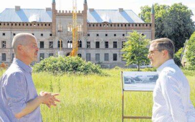 Mit Bauhelm und Förderscheck: Staatssekretär auf Schlosstour